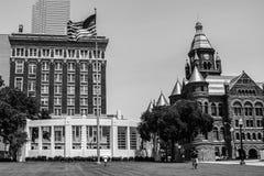 Den röda domstolsbyggnaden på den Dealey plazaen Royaltyfri Bild