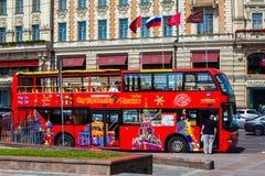 Den röda dubbeldäckaren turnerar bussen på Moskvagatan Royaltyfria Bilder