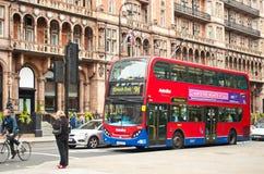 Den röda dubbla däckaren bussar framme av hotellet Russell Royaltyfri Fotografi