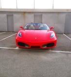 Den röda ferrari bilen parkerade - den dyra bilsymbolen Fotografering för Bildbyråer