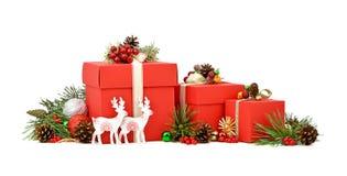 Den röda gåvaasken, hjort och sörjer filialer isolering Jul royaltyfri bild