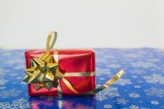Den röda gåvan boxas Royaltyfri Fotografi