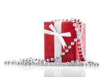 Den röda gåvan boxas med vitbandet som isoleras på vitbakgrund Semestrar begrepp Arkivfoton