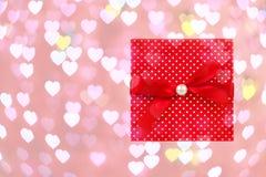 Den röda gåvan boxas på hjärtabokeh Royaltyfri Fotografi
