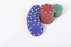 Den röda, gröna och blåa kasinot gå i flisor med kopieringsutrymme Royaltyfri Fotografi