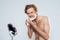 Den röda haired skäggiga mannen täcker framsidan arkivbilder