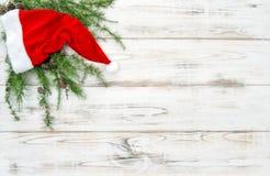 Den röda hatten sörjer garnering för jul för trädfilialer royaltyfri fotografi