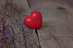 Den röda hjärtan ligger på sprickorna av trädet Avskiljandet, ensamhet, förälskelse valentin för dag s Arkivbild