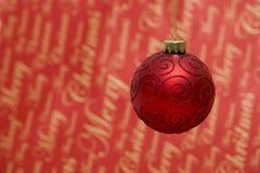Den röda julen bubblar royaltyfri foto