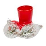 Den röda jultomtenskon med julprydnader, jordklot med snö och sörjer, stänger sig upp, isolerat Royaltyfria Bilder