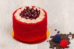 Den röda kakan och chokladen på tabellen Arkivfoto