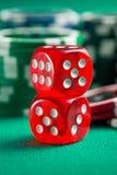 Den röda kasinotärningen och kasinochiperna Royaltyfria Foton