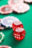Den röda kasinotärningen och kasinochiperna Royaltyfri Foto