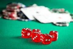 Den röda kasinotärningen och kasinochiperna Arkivbilder