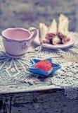 Kaviaren i liten sjöstjärna formade bunken och pannkakor med laxen royaltyfria foton