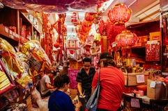 Den röda kinesiska lyktan shoppar i den Bangkok Kina staden - Yaowarat royaltyfri bild