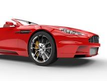 Den röda konvertibla sportbilen - den sköt studion - den främre sikten klippte skottet Arkivbild