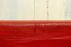 Den röda lädersoffan exakt på horisonten sköt nära arkivbilder