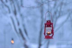 Den röda lampan i skogen med tungt insnöat vintersäsongen på Tuupovaara, Finland royaltyfria foton