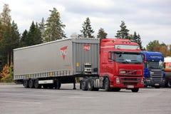 Den röda lastbilen hakar upp lastsläpet Royaltyfri Foto
