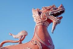 Den röda lejonskulpturen i den buddistiska templet i Thailand Royaltyfri Fotografi