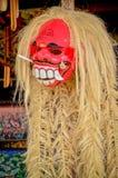 Den röda maskeringen av guden är det kulturellt av Bali arkivfoto