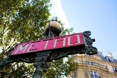 Den röda metroen undertecknar in Paris Frankrike Arkivbild