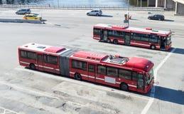Den röda motorn bussar den parkerade utvändiga Slussens gångtunnelstationen Fotografering för Bildbyråer