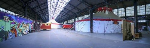 Den röda och vita cirkusinsidan turnerar och åker taxi Royaltyfri Bild