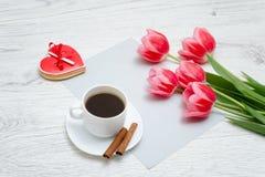 Den röda pepparkakan, rosa tulpan och rånar av kaffe Ljus träbac Fotografering för Bildbyråer