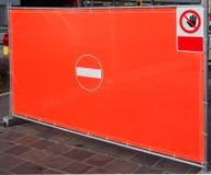 Den röda plast- presenningen med målade ett inget tillträde undertecknar in mitten som var van vid förbjuder tillfälligt, tillträ arkivbilder