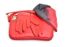 Den röda stilfulla kvinnan hänger lös, handskar och en scarf Arkivbild