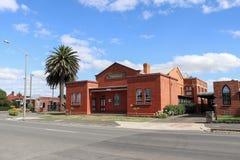 Den röda tegelstenen Freemason's Hall i Piper Street, Kyneton Arkivfoton