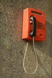 Den röda telefonen på väggen Fotografering för Bildbyråer