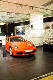 Den röda toppna bilen Porsche i showrum på mitten av siam förebildstolthet av bangkok Thailand Royaltyfri Bild