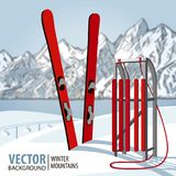 Den röda träsläden och skidar Berg i vintersäsong Det kan vara nödvändigt för kapacitet av designarbete Fotografering för Bildbyråer