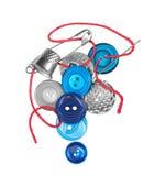 Den röda tråden med visaren syr den blåa knappen Royaltyfria Bilder