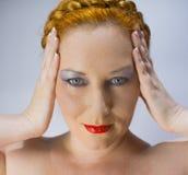Den rödhåriga blåögda kvinnan Royaltyfria Bilder