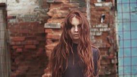 Den rödhåriga flickan kastar upp hår Stående av den härliga flickan med fräknar långsam rörelse arkivfilmer