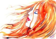 Den rödhåriga härliga flickan drömmer i vinden royaltyfri bild