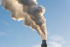 Den röka lampglaset av en kolkraftväxt Arkivfoto