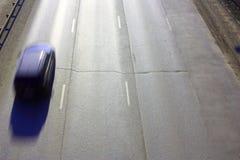 Den rörande bilen på motorvägen Bilen är i rörelse Arkivbild