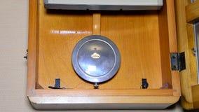 Den rörande klockpendeln av den gamla väggklockan arkivfilmer