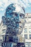 Den rörande statyn av Franz Kafka i Prague, blått filtrerar Arkivbilder
