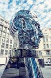 Den rörande statyn av Franz Kafka i Prague, blått filtrerar Arkivfoto