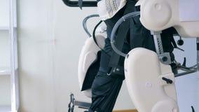 Den rörelsehindrade mannen övar på en gå simuleringsmaskin arkivfilmer