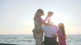 Den rörelsehindrade mannen vilar med familjen som är ogiltig med gravida kvinnan, barnet som kramar sig, make i fru för kram för  arkivfilmer