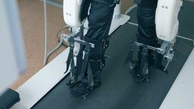 Den rörelsehindrade personen övar på en apparat på en klinik, slut upp stock video