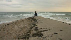 Den rörelsehindrade personen möter solen på havet stock video