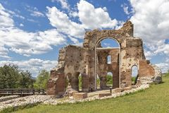 Den r?da kyrkan - f?rd?rvar av tidig bysantinsk kristen basilika n?ra stad av Perushtitsa, Bulgarien arkivfoton